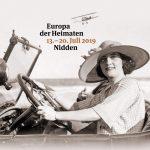 Motiv 23. Thomas Mann Festival, Frau im Auto am Strand mit Strohhut